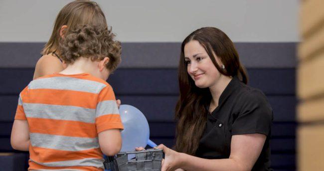 Introductie tandarts aan familie met kinderen