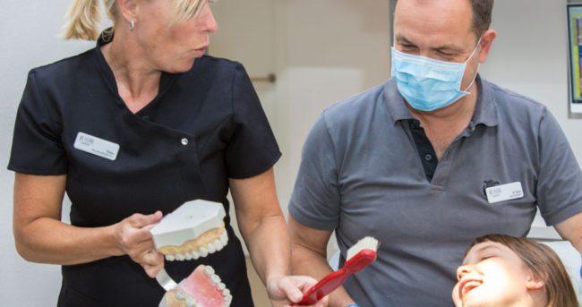 Speelse behandeling met grote tandenborstel bij kind