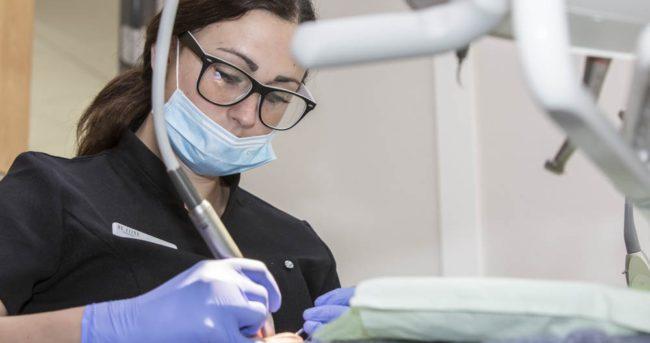mondhygieniste de Fijne Tandartsen aan het werk